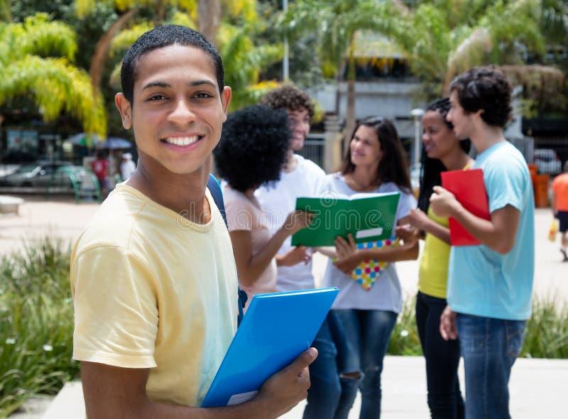 Estudante egípcio de riso da bolsa de estudos com grupo de internationa fotografia de stock