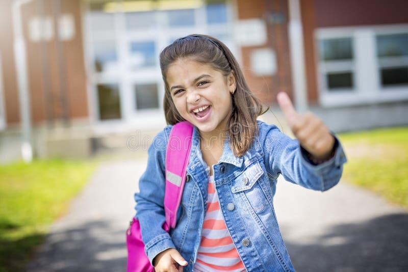 Estudante elementar que vai para trás à escola fotografia de stock