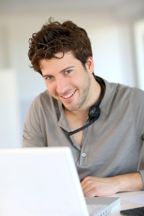 Estudante em casa que trabalha no portátil fotografia de stock royalty free