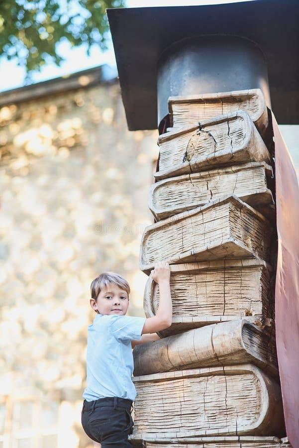 A estudante escala os níveis de conhecimento dos livros Lições da escola De volta à escola fotografia de stock royalty free