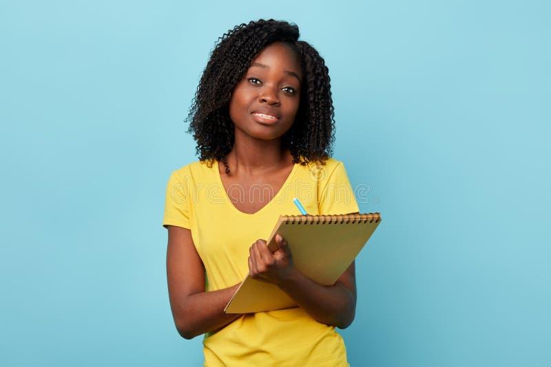 Estudante fêmea agradável inteligente agradável que prepara o projeto foto de stock