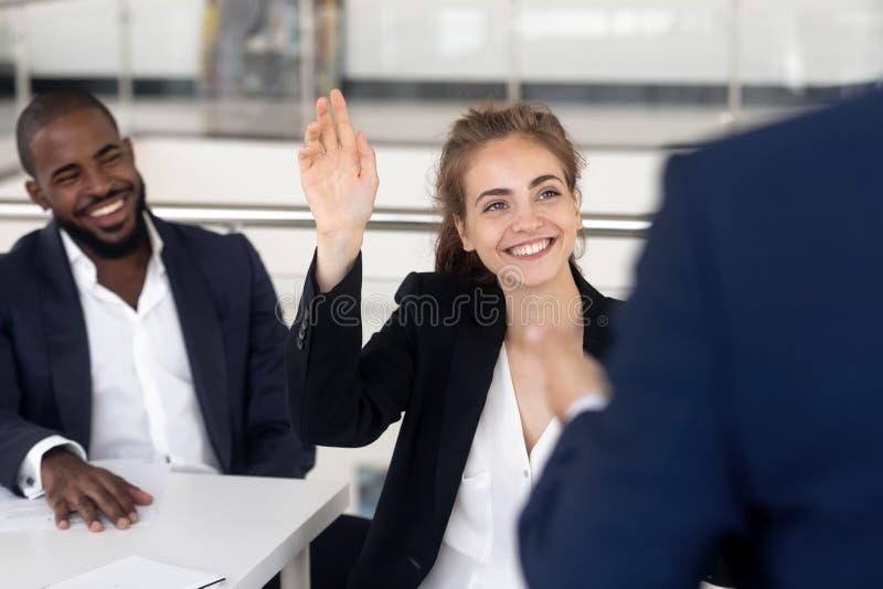 Estudante fêmea alegre que pergunta treinador do negócio das perguntas durante o seminário imagens de stock royalty free