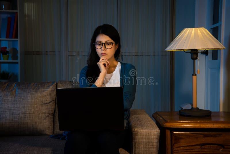 Estudante fêmea asiático que olha o filme o mais atrasado fotografia de stock royalty free