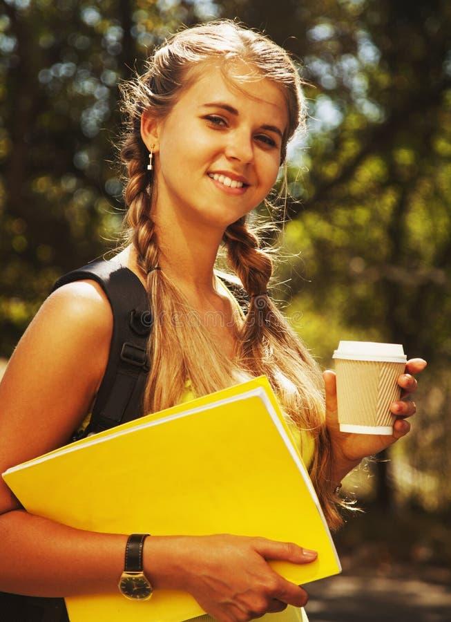 Estudante fêmea bonito com livros educação, ciência, develdo auto de fotografia de stock