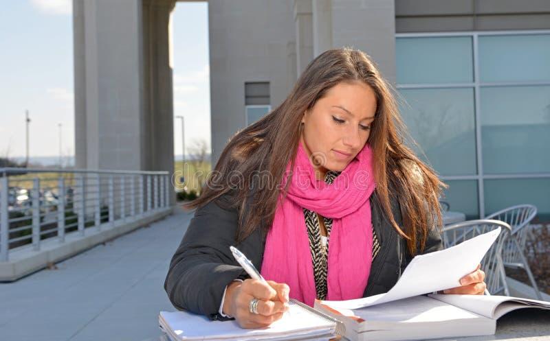 Estudante fêmea bonito fora da construção imagem de stock