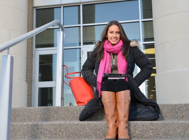 Estudante fêmea bonito fora da construção imagens de stock