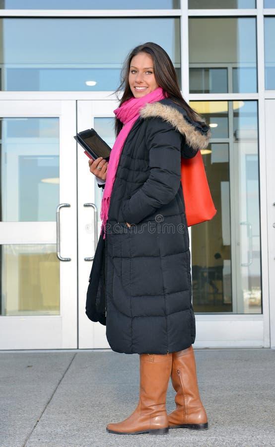 Estudante fêmea bonito fora da construção foto de stock royalty free