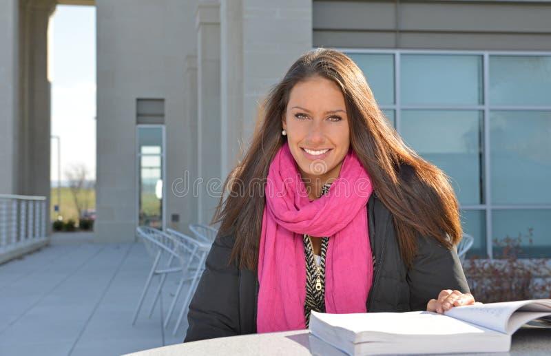 Estudante fêmea bonito fora da construção fotos de stock