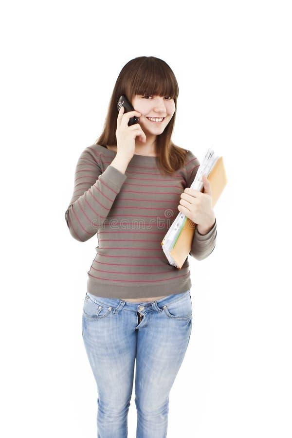 Estudante fêmea bonito que faz um atendimento de telefone fotografia de stock royalty free