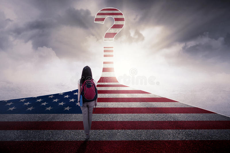 Estudante fêmea com a bandeira dos EUA na estrada imagens de stock