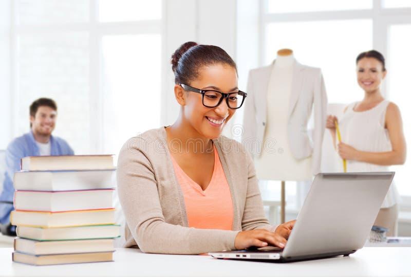 Estudante fêmea com laptop e livros fotografia de stock royalty free
