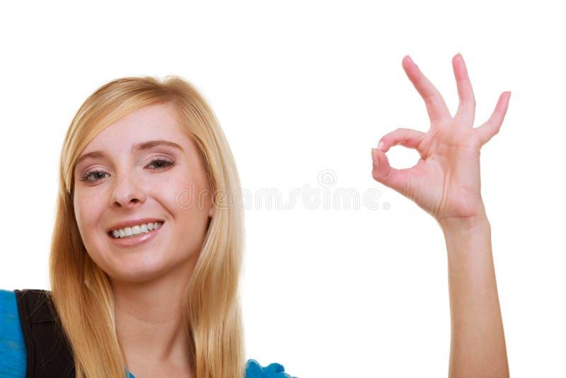 Estudante fêmea da menina ocasional com a trouxa do saco que mostra isolado ESTÁ BEM fotos de stock