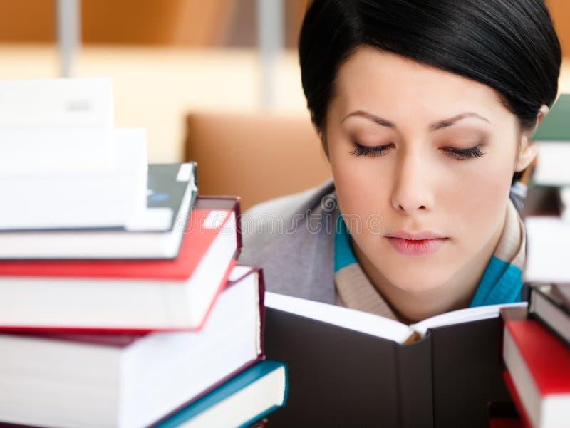 Estudante fêmea de livro de leitura fotografia de stock royalty free