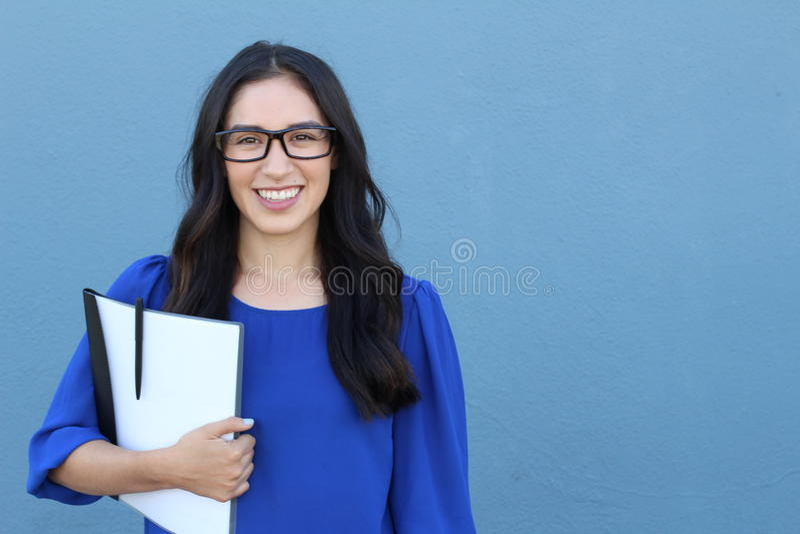 Estudante fêmea de riso do headshot paciente dental reto perfeito branco grande dos dentes do sorriso com o genuíno jovem dos vid imagens de stock