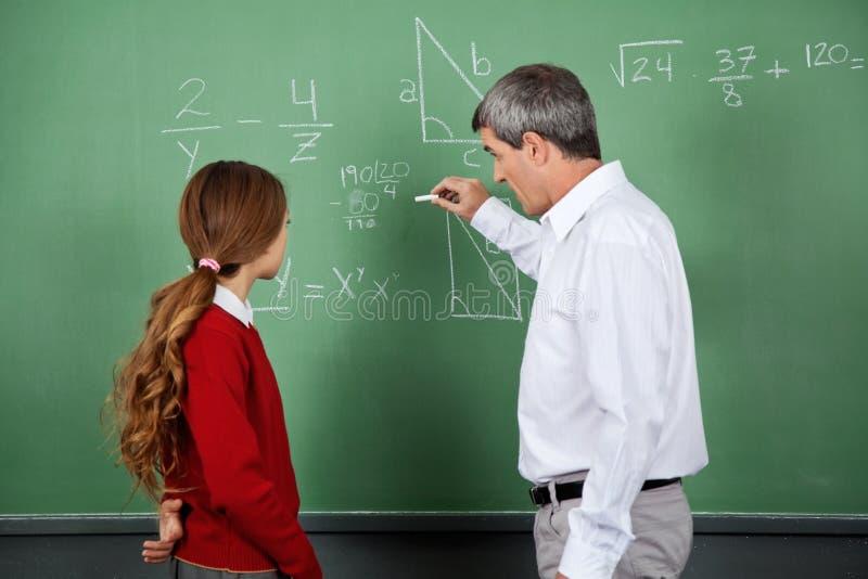 Estudante fêmea do professor Teaching Mathematics To fotografia de stock