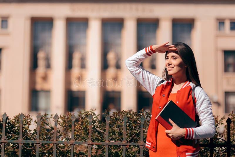 Estudante fêmea esperançoso na frente da construção da universidade fotografia de stock