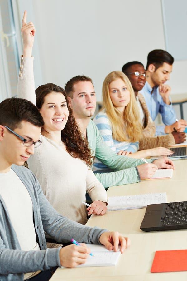 Download Estudante Que Levanta A Mão Na Universidade Foto de Stock - Imagem de faculdade, duplo: 29830850