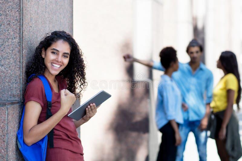 Estudante fêmea latino-americano Cheering com tablet pc foto de stock royalty free