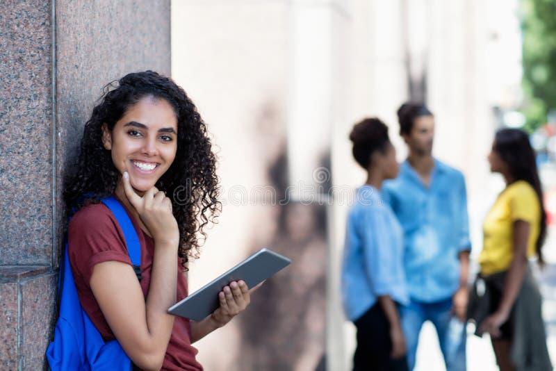 Estudante fêmea latino-americano de riso com tablet pc fotos de stock