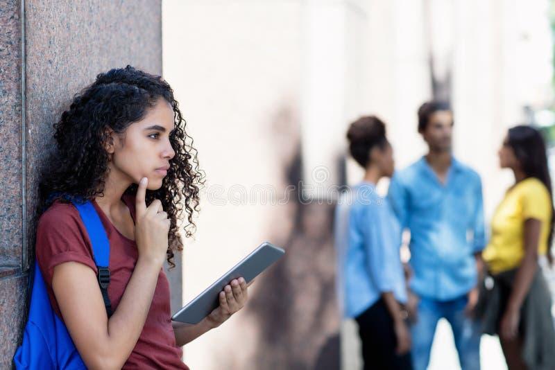 Estudante fêmea latino-americano que trabalha com tablet pc imagens de stock