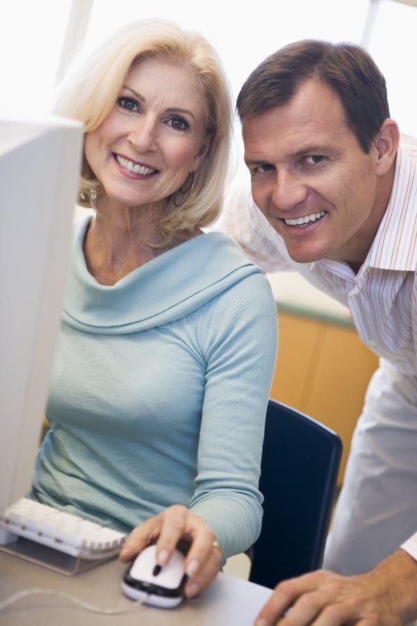 Estudante fêmea maduro que aprende habilidades do computador imagens de stock