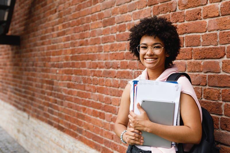 Estudante fêmea novo com livros e a tabuleta digital foto de stock royalty free