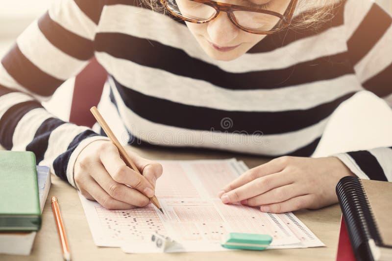 Estudante fêmea novo no exame fotografia de stock royalty free