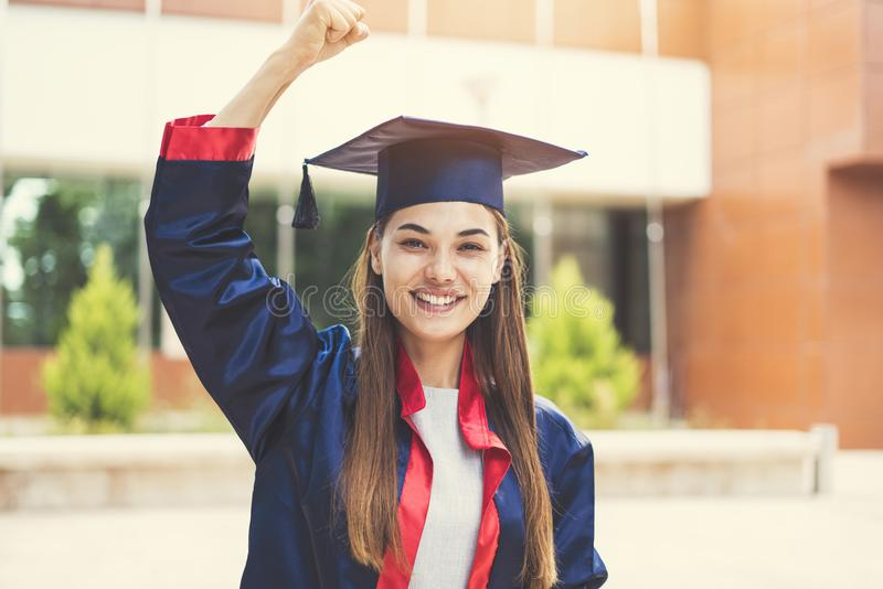 Estudante fêmea novo que gradua-se da universidade foto de stock