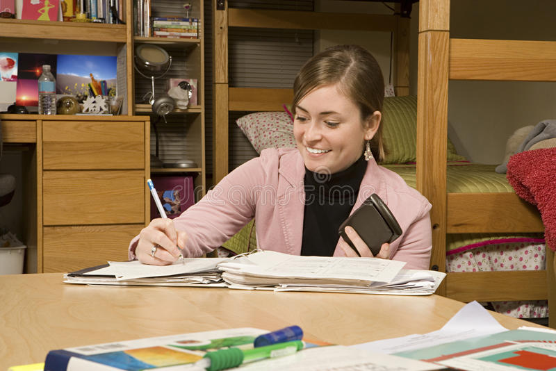 Estudante fêmea que estuda em seu dormitório fotografia de stock royalty free