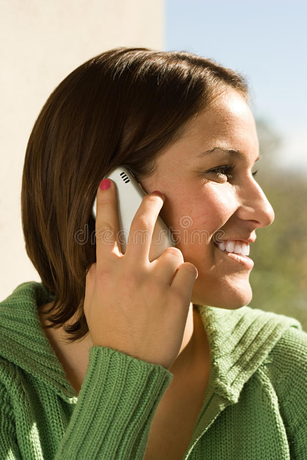Estudante fêmea que fala em seu telefone celular fotos de stock royalty free