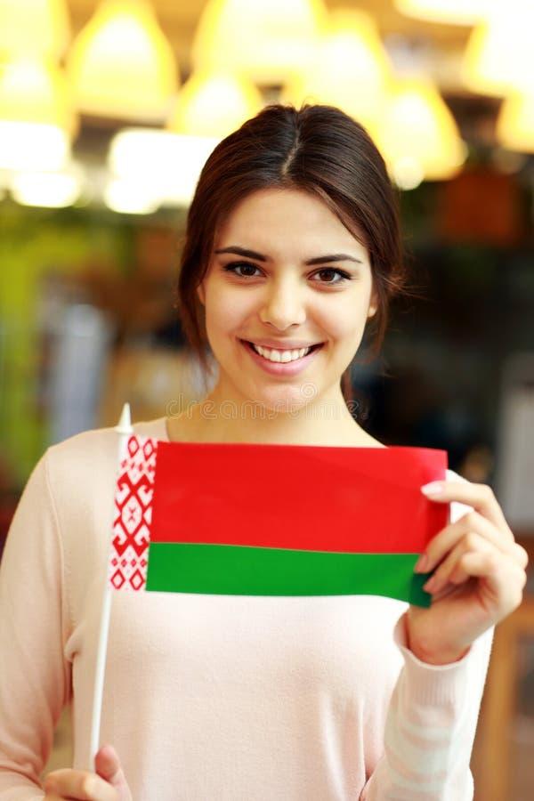 Estudante fêmea que guarda a bandeira de belarus fotos de stock