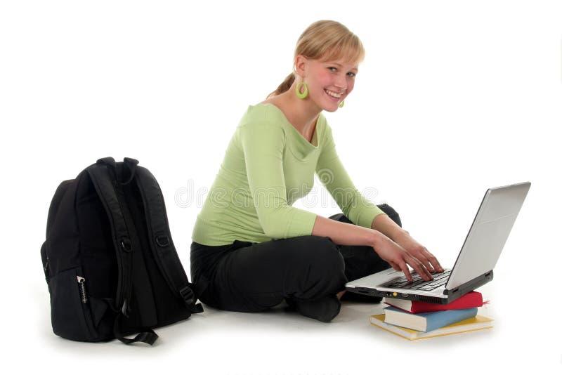 Estudante fêmea que usa o portátil