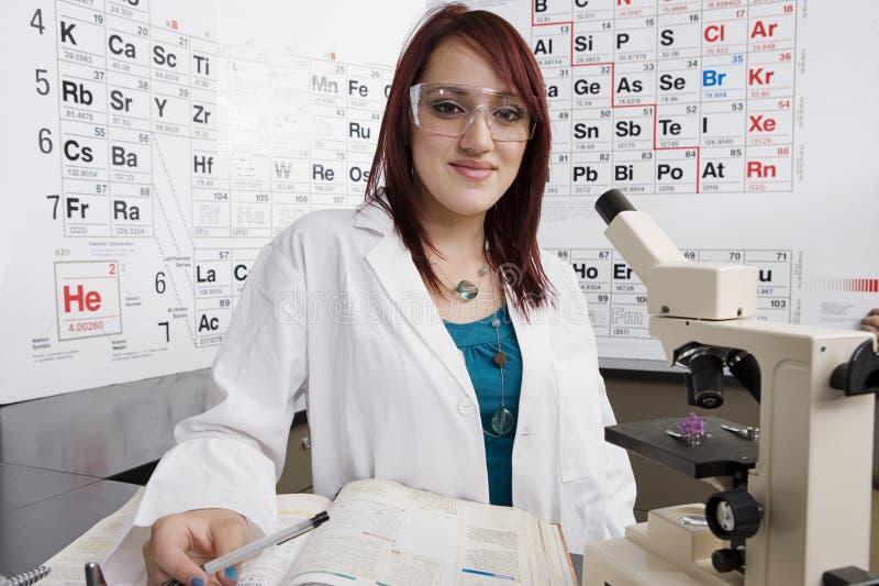 Estudante fêmea In Science Class foto de stock