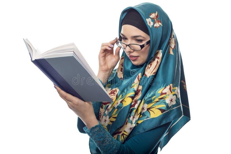 Estudante fêmea Wearing Hijab Reading um livro fotografia de stock