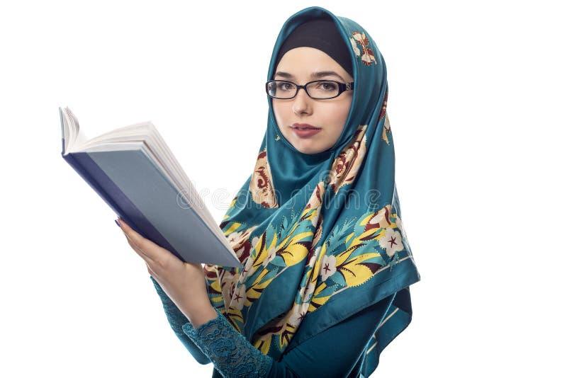 Estudante fêmea Wearing Hijab Reading um livro fotografia de stock royalty free