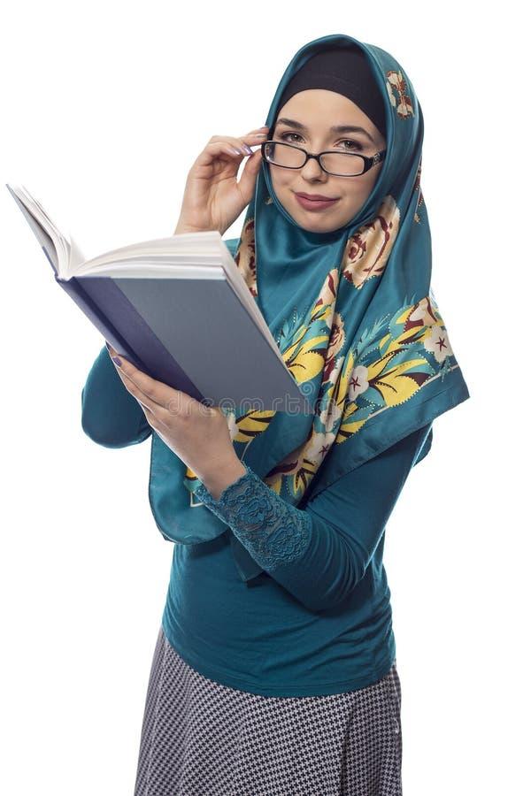 Estudante fêmea Wearing Hijab Reading um livro fotos de stock royalty free