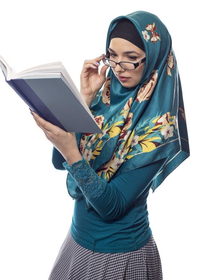 Estudante fêmea Wearing Hijab Reading um livro imagens de stock