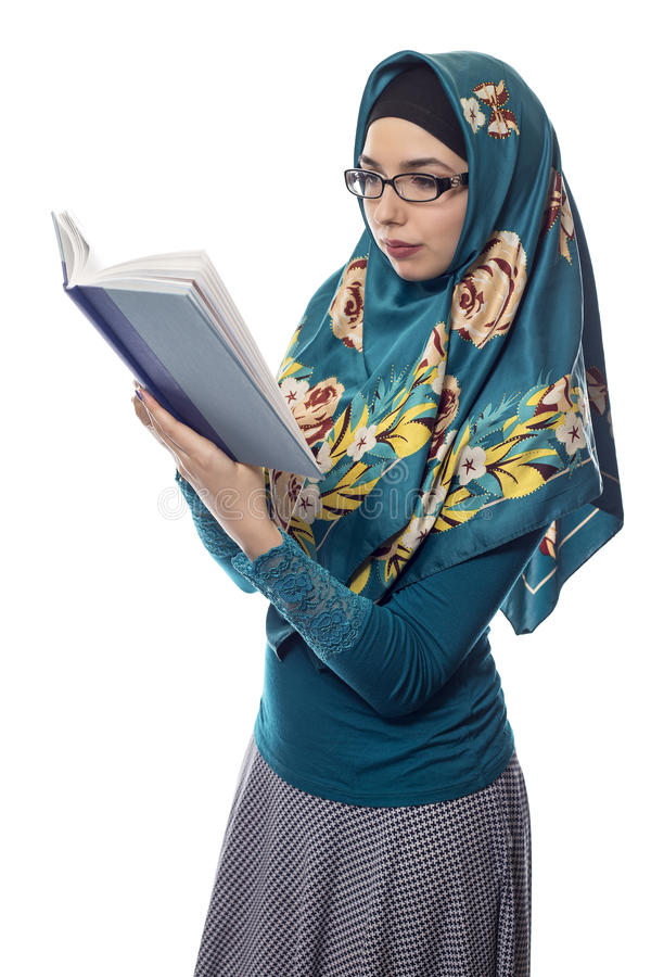 Estudante fêmea Wearing Hijab Reading um livro imagem de stock royalty free