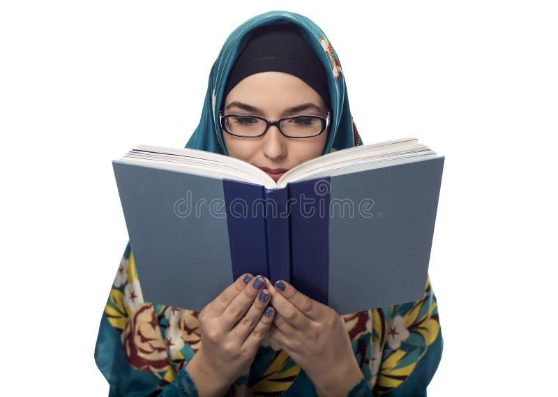 Estudante fêmea Wearing Hijab Reading um livro imagem de stock