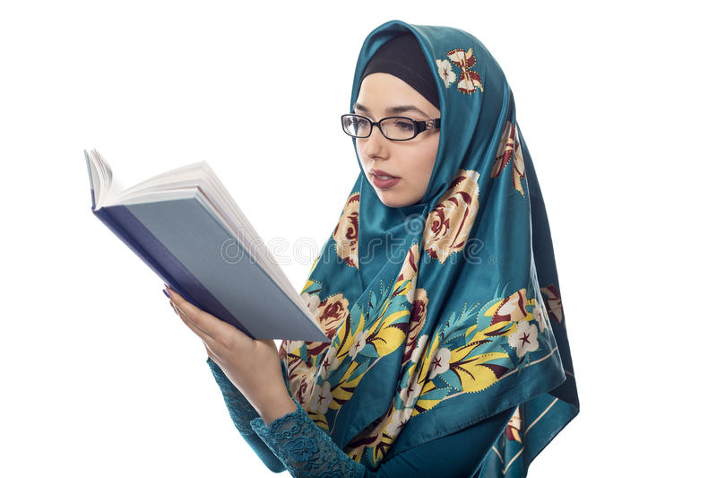 Estudante fêmea Wearing Hijab Reading um livro foto de stock