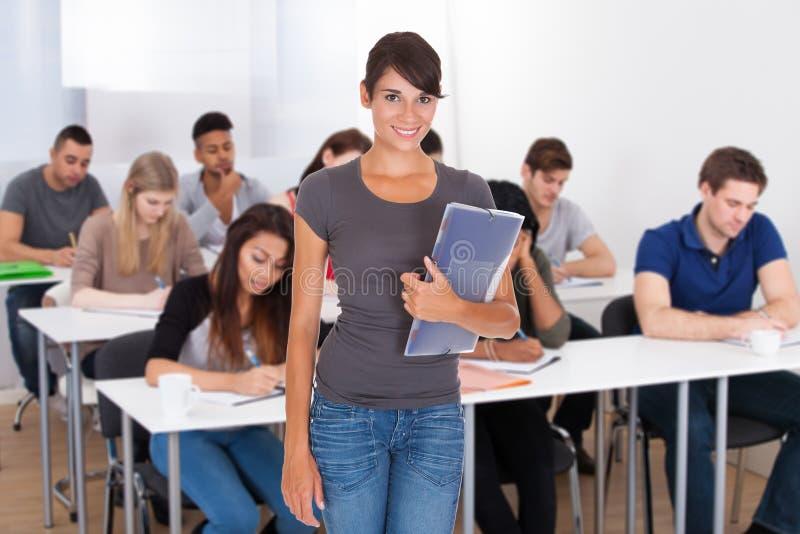 Estudante feliz Holding Folder imagem de stock royalty free