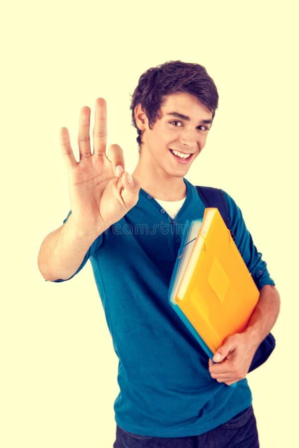 Estudante feliz novo que mostra o sinal aprovado fotografia de stock royalty free