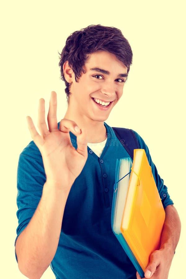 Estudante feliz novo que mostra o sinal aprovado fotos de stock