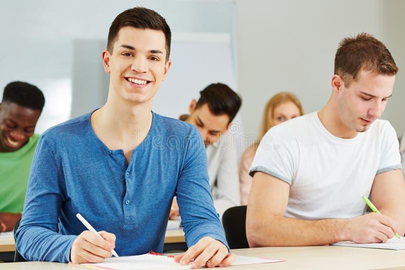 Estudante feliz que aprende na escola imagem de stock