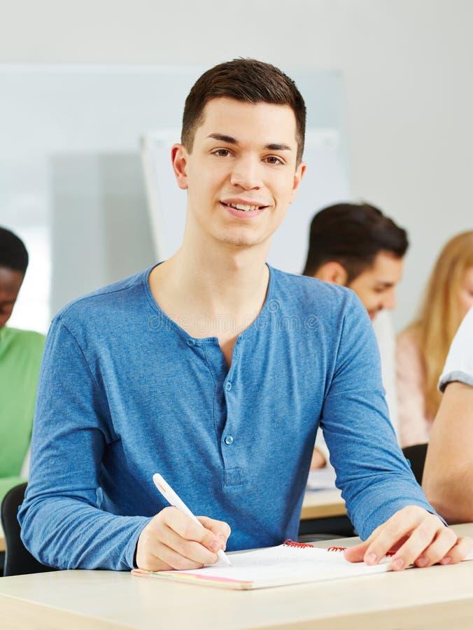 Estudante que aprende na turma escolar foto de stock royalty free