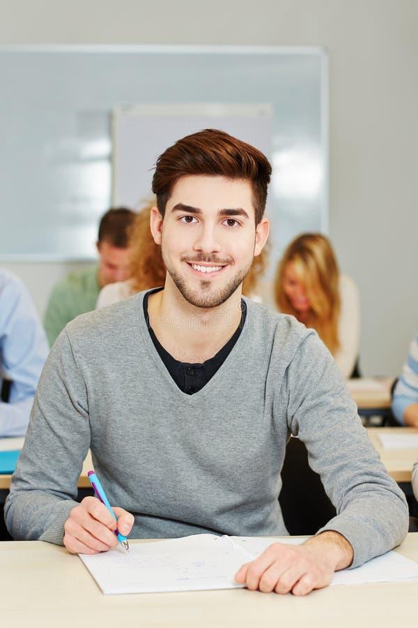 Estudante que estuda na universidade imagem de stock