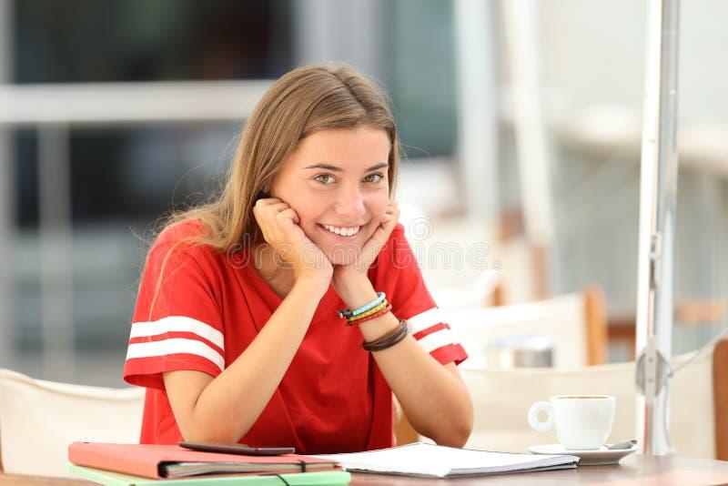 Estudante feliz que levanta em uma cafetaria imagens de stock