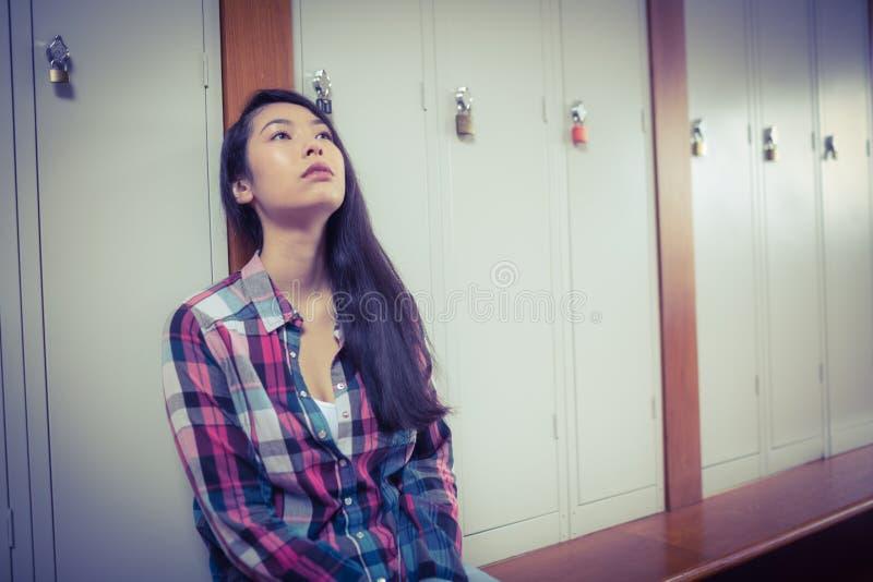 Estudante incomodado que senta-se e que olha acima fotografia de stock royalty free