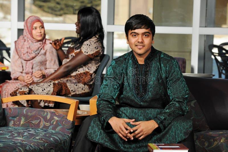 Estudante indiano que desgasta seu vestuário tradicional foto de stock