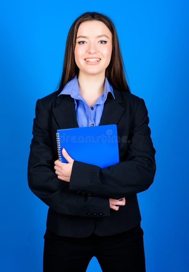 Estudante Life Beleza esperta Lerdo feliz estudante na roupa formal Forma do neg?cio Estudante com documento fotografia de stock royalty free